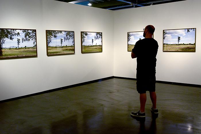 06-Visitante-do-Museu-observa-a-obra-de-Alice-Miceli